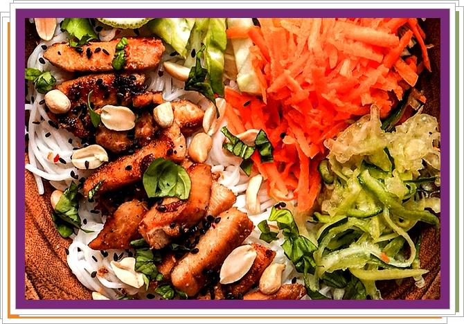 Asijský salát s kuřecím masem a rýžovými nudlemi